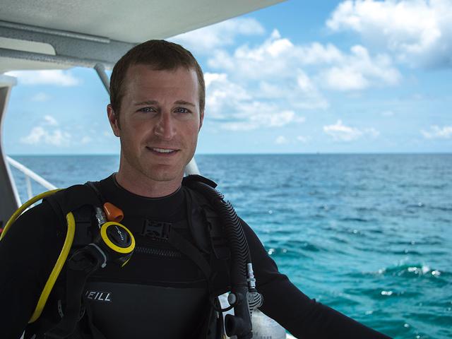 Watch Kahne's 'amazing' deep-sea dive with sharks