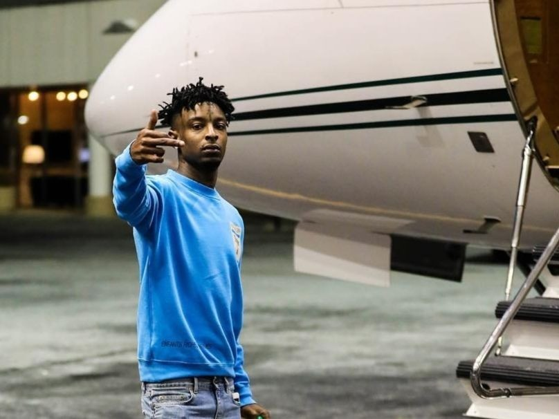 21 savage takes first solo flight with girlfriend amber