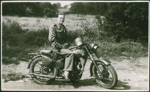 Eric Smith at Catterick, 1946.jpg