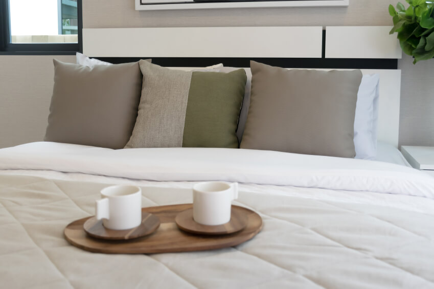 Symmetry is employed in a neutral space. Brown throw pillows flank a two toned accent & 50 Decorative King and Queen Bed Pillow Arrangements \u0026 Ideas ... pillowsntoast.com
