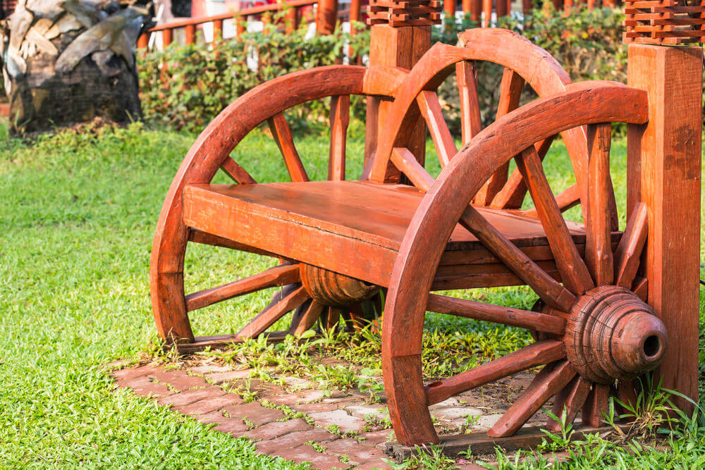 This wagon wheel bench is more than just a garden bench: It's also pure craftsmanship showing that benches do not just have to look basic and common.