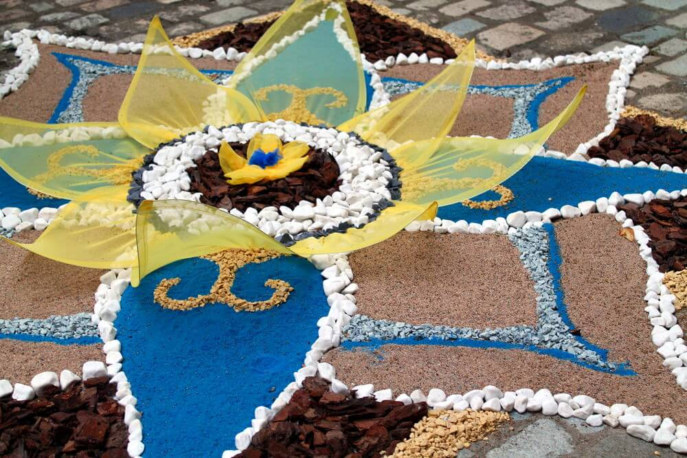 Patio mosaic with small flower in the center. 35 Patio Potted Plant and Flower Ideas  Creative and Lovely Photos