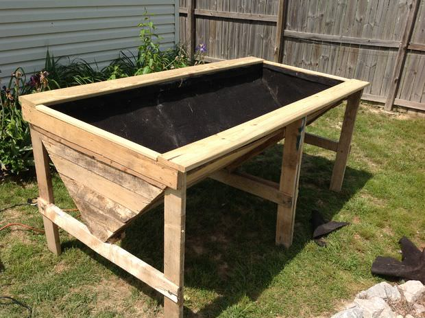 If wildlife is a big problem in your area and you don't want to have a fence around the garden, why not raise it completely, plus add some visual interest to your yard with a unique bed like this? Best of all, you can use the wood from pallets (which is free!) to construct it.