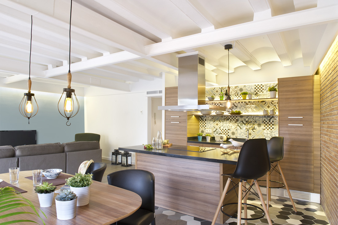 This is the best shot for an open plan, where you can see each part of the apartment arranged in a very communicable manner. The dining area is close to the kitchen and living room right beside them. Then who says you need partitions to decorate them well.