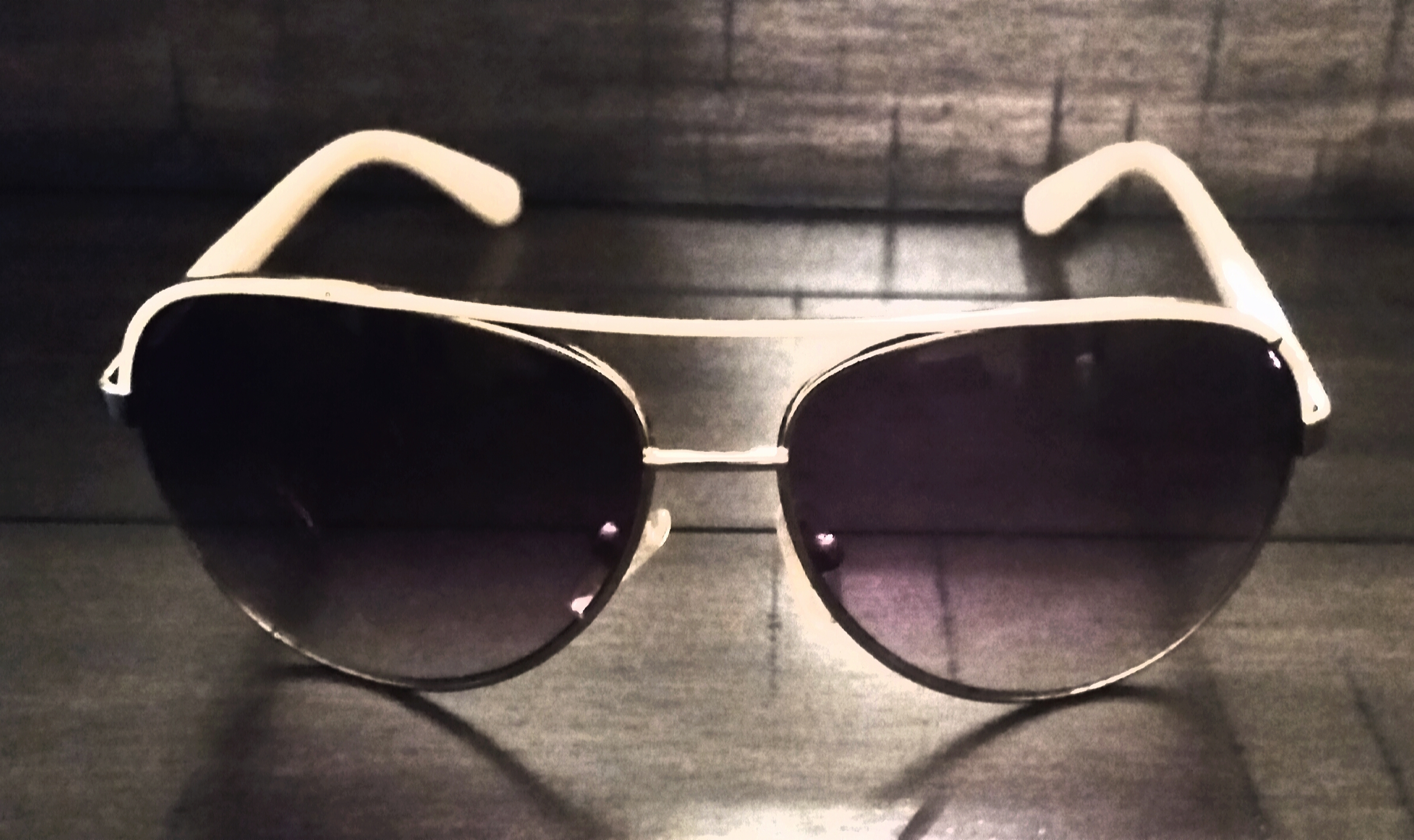GUESS AVIATOR WHITE FRAME SUNGLASSES (IN GOOD CONDITION) *minor scratches on one lens, when on scratches cannot be seen in your visual*