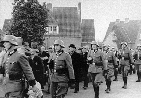an analysis of adolf hitler in the holocaust or the persecution of the jews around world war 2 World war 2 holocaust essay understanding of the holocaust and the persecution of the jews all caused by the horrid visions of one man adolf hitler the.