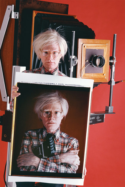 Andy_warhol_holding_a_polaroid_of_andy_warhol__1980