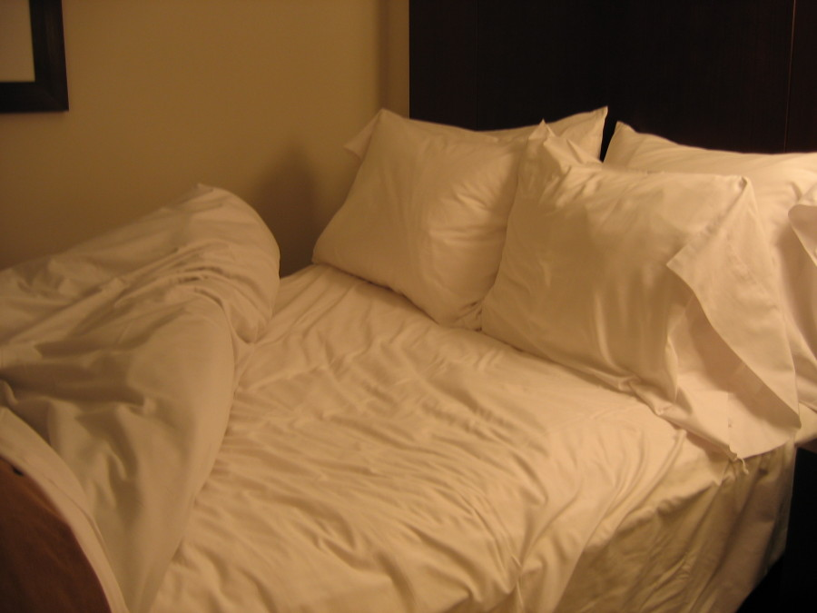 Bed_in_Seattle_hotel