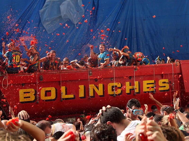1024px arrojando tomates desde un camio%cc%81n   la tomatina 2010