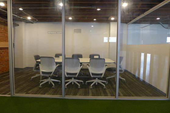 Medium conference room at blankspaces dtla coworking space los angeles ca venyooz - Small event spaces los angeles ideas ...