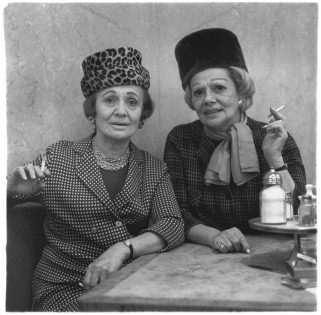 Diane Arbus - Two ladies at the automat, N.Y.C. (1966), Martin-Gropius-Bau Museum