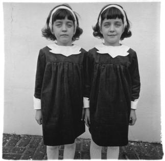 Diane Arbus - Identical twins, Roselle, N.J. (1967), Martin-Gropius-Bau Museum