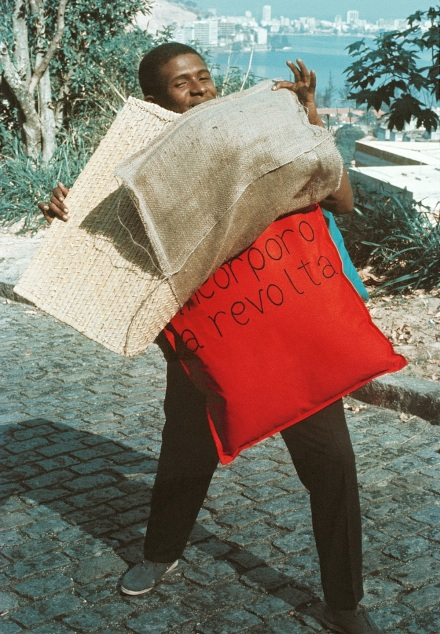 Hélio Oiticica, P15 Parangolé Cape 11, I Embody Revolt (P15 Parangolé Capa 11, Eu Incorporo a Revolta) worn by Nildo of Mangueira, 1967. Courtesy of César and Claudio Oiticica, Rio de Janeiro. © César and Claudio Oiticica. Photograph by Claudio Oiticica