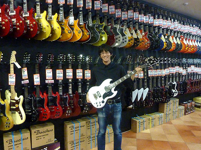 Hirano Rockin Nagoya Receives Epiphone Dealer Award
