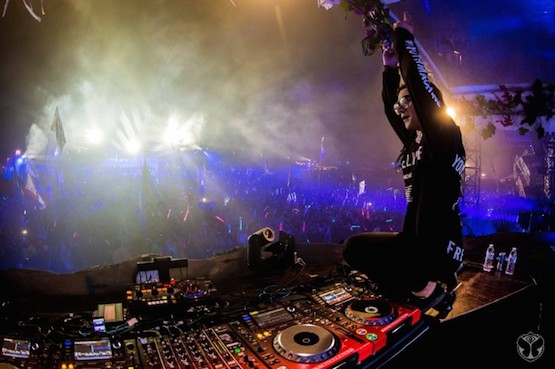 https://s3.amazonaws.com/images.owsla.com/2014/10/skrillex-tomorrowWorld-655x436.jpg