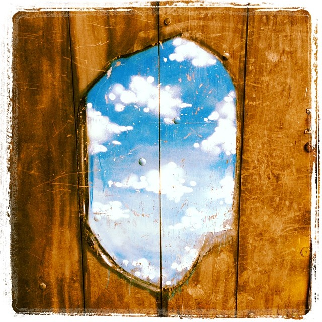 Hole in the door #streetartsp #streetart #graffiti #bluesky #artederua #vilamada #vilamadalena #jacktwo