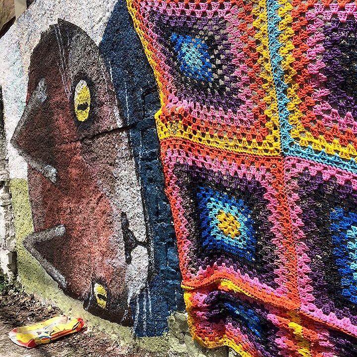 #graficrochet #yarnbomb #grafitti #gratite #Sp #streetart #wall #art #handmade #chochet #crochetting  #ilovegraffiti #graficrochetando #nemtodosplashétinta #grafknit #urbanart #grafitecrochet #intervencaourbana #streetartsp #artederua #mulheresgrafiteiras  #yarn #crochetartist #knitartist #annegalante.