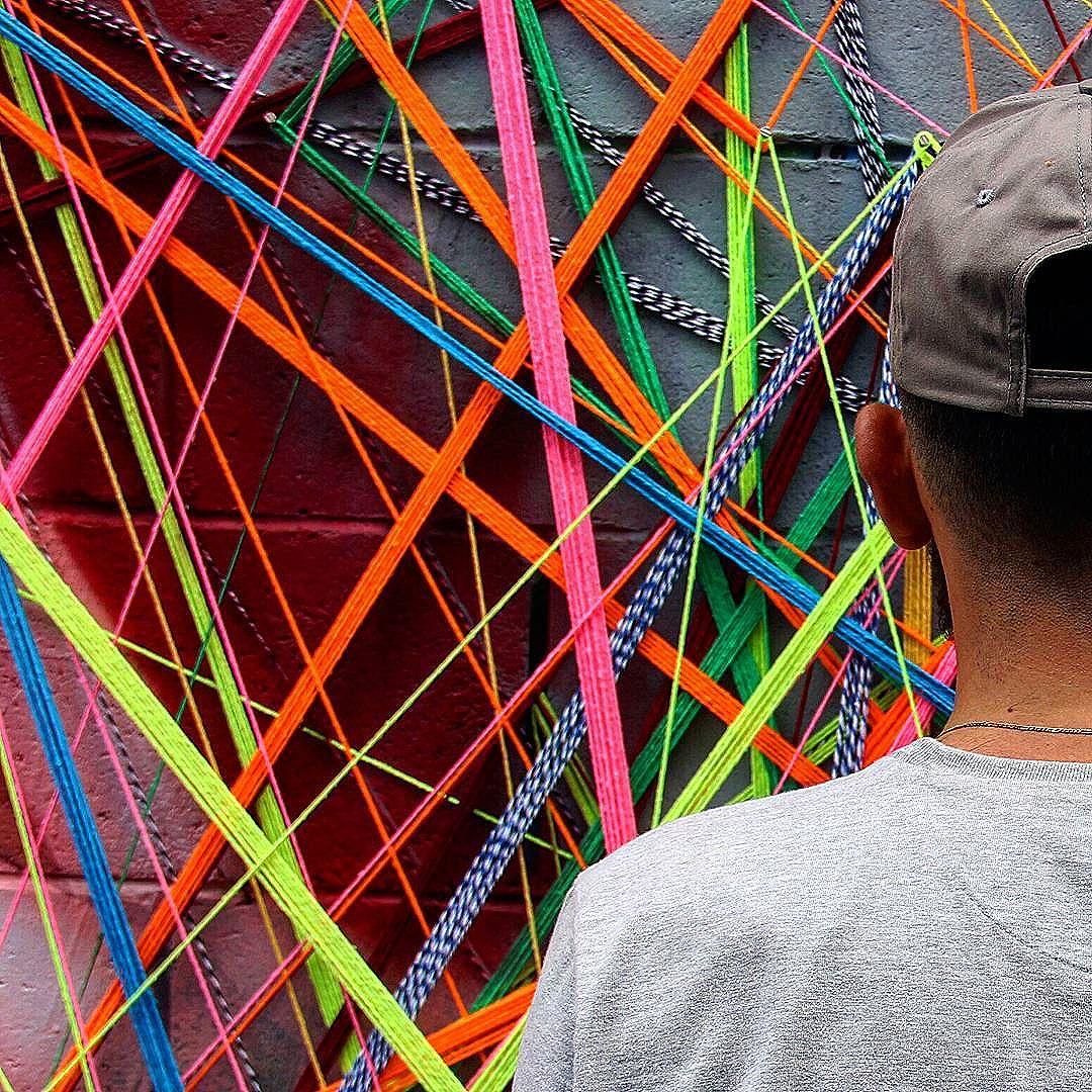 A velocidade da minha conexão depende do caminho em que eu percorrer. Foto: @thesarara  #teiaurbana #teia #streetart #stringart #intervention #intervencaourbana #contemporaneo #streetartnews #streetartglobe #intervencao #urban #abstract #abstrato #linhas #barbante #colorido #color #arteurbana #artederua #instaartexplorer #art #arte #streetartsp #street #designer #design #arquitetura #urbanismo #saopaulo #brasil