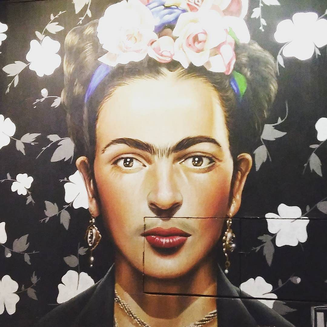 Frida Street, pq ela habita as cidades do mundo.  #streetart #streetartsp #spwalk #sp4you #spdagaroa #sampa #grafitti #frida #muralismo