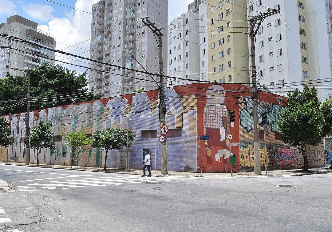 The neighborhood Cambuci in São Paulo is a paradise to see pieces from @osgemeos  I was there a few months ago with my friend @inno.onni ️ #osgemeos #saopaulocity #sampagraffiti #sampa #brazil #spstreetart #saopaulostreetart #brazilianart #brazilianartist #instagrafite #instagraffiti #muralart #muralismo #sprayart #oldschool #streetartsp #streetartshots #streetartphoto #streetartphotography #streetartphotographer #photoangelponce #saopauloonline #graffitiigers #cambuci