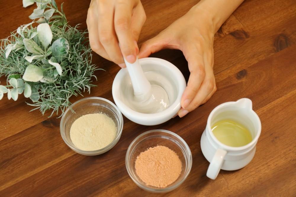 Bentonite Clay Recipes. Mixing Clay Mask