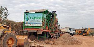 Mais de 380 caçambas de entulho são utilizadas em estradas rurais de Holambra