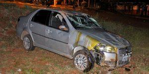Motorista perde controle e capota carro em Holambra