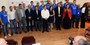 Equipe de vôlei apresenta novo elenco de atletas