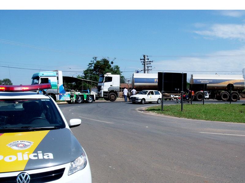 Ladrões roubam carga de combustível e abandonam caminhão