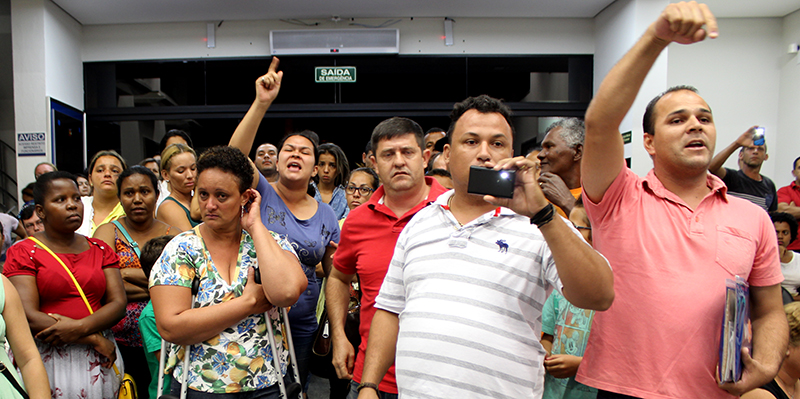 Moradores de Artur Nogueira protestam e exigem que lista do Minha Casa Minha Vida seja revista
