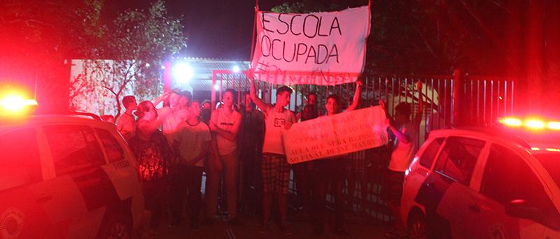 Confusão em frente à escola ocupada termina com dois feridos em Artur Nogueira