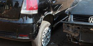 Motorista colide contra veículos em Artur Nogueira e tenta fugir