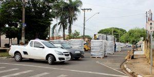 Caminhão com carga de bebidas quebra e rua de Artur Nogueira sofre bloqueio