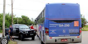 Caminhonete e ônibus se chocam em Artur Nogueira