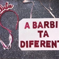 kit tiara e placa barbie diferente