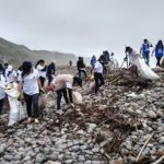 Recogen desperdicios que contaminan las playas de distintos lugares del país