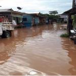 Realizan limpieza de vías inundadas por desborde en Puerto Inca