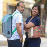 Crean mochila con panel solar hecha de botellas recicladas