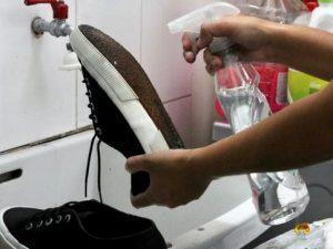 Recomiendan desinfectar suelas de zapatos para no contraer el Covid-19
