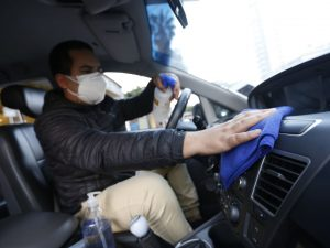 Recomiendan desinfectar los vehículos de manera constante