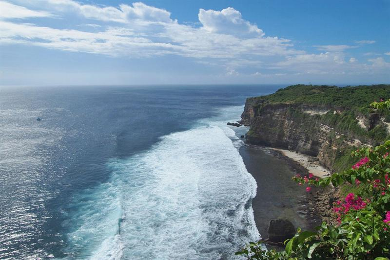 The mighty cliff of Uluwatu.