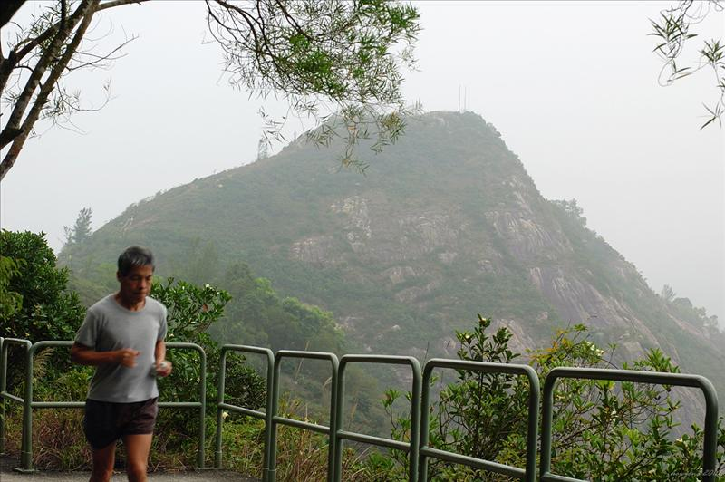 回望魔鬼山的北坡和嶮峭絕崖 looks back to the impressive northern face of Devil's Peak with its sheer forbidding cliffs