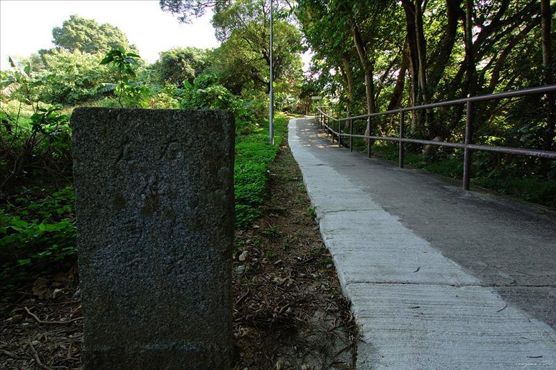 大軬村前問路石,上書「左往西貢,右往大老」