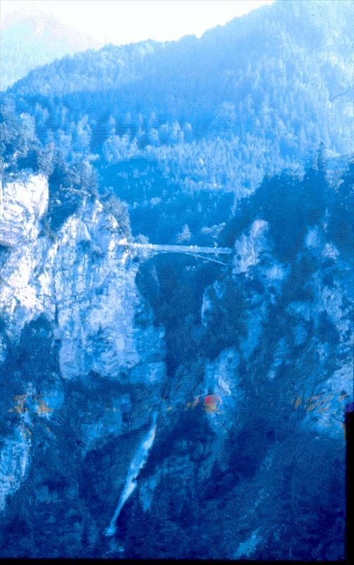 Montaña con puente