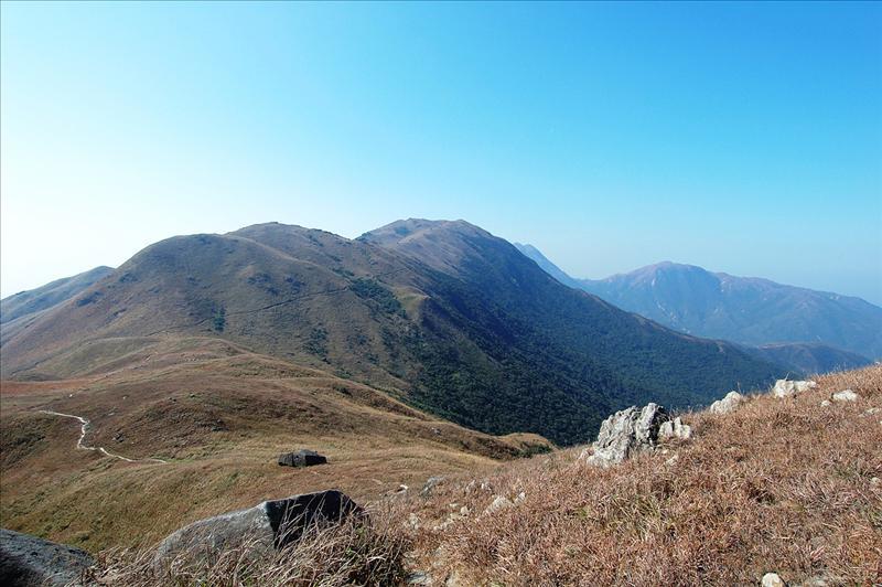 回望蓮花山與二東山之間的山坳