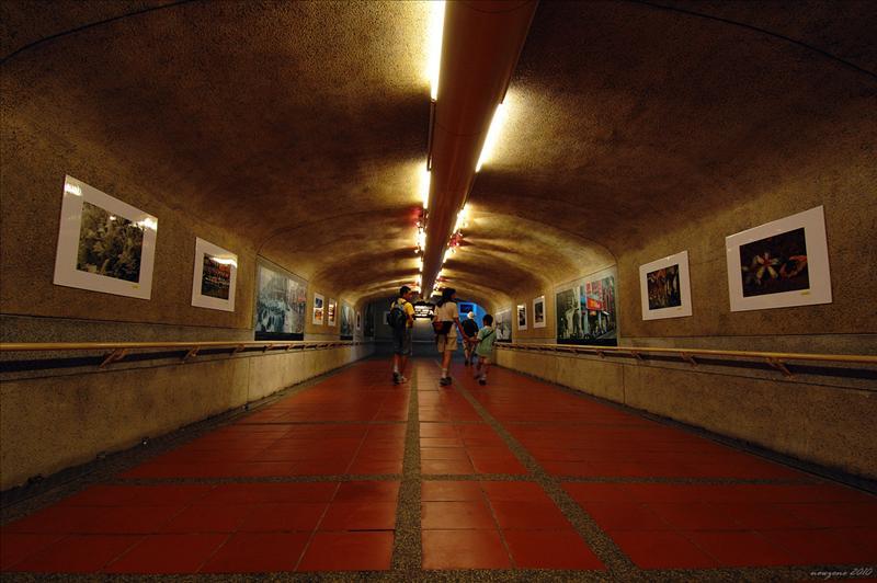 瑞芳火車站的地下通道兩側掛起當年採礦生活的照片 (黃金博物館)