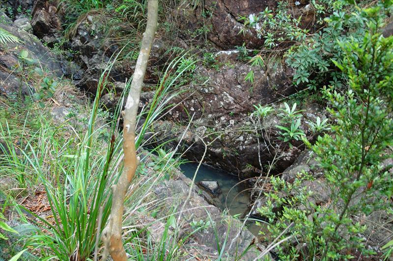 儲水池左邊山路下望小巫峽