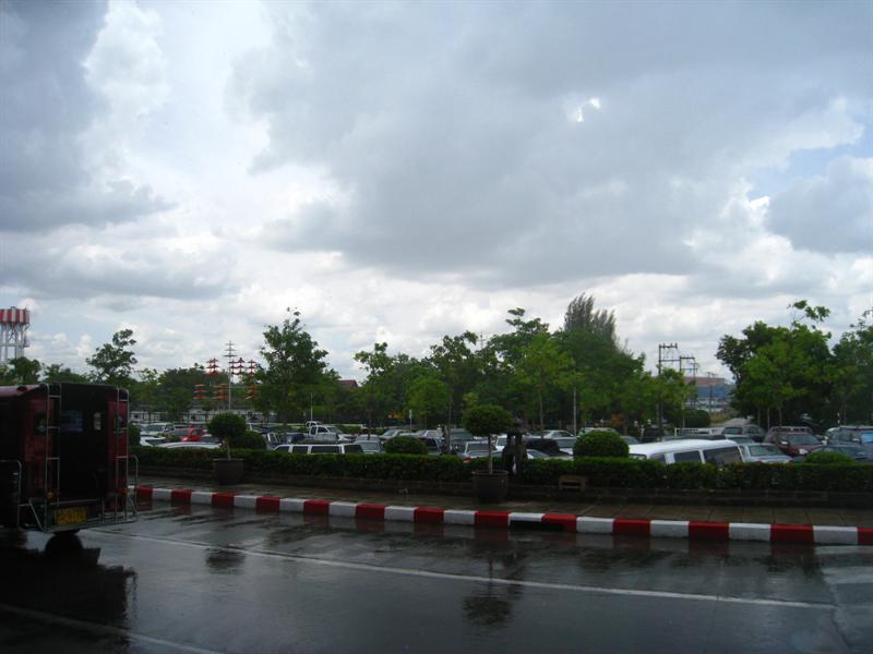 抵達清邁機場囉~可是當時正在下著大雨~