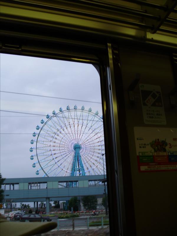 火車窗外的摩天輪