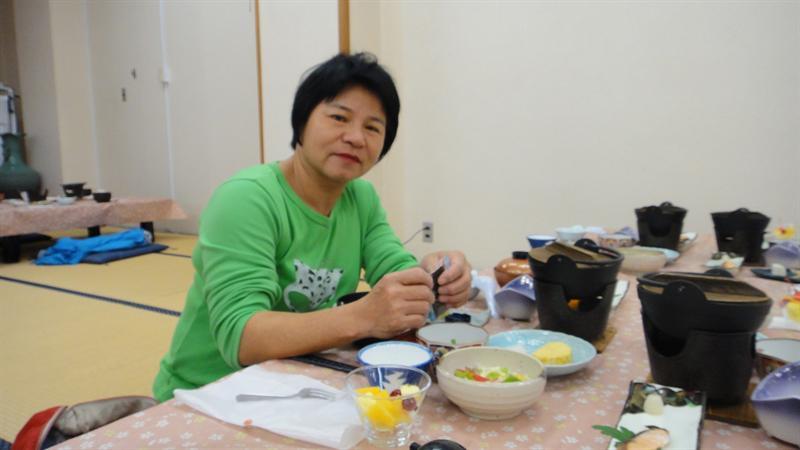 外婆在幫媽媽準備早餐